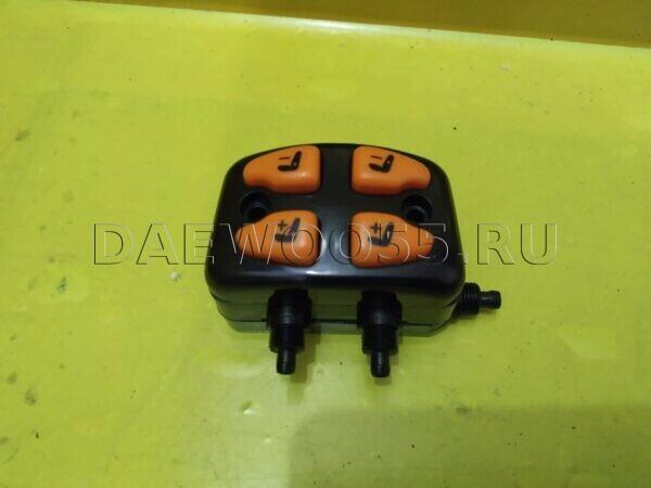 Блок управления сиденьем Daewoo Novus (пневмо, 4 кнопки) 37427-00020, 3742700020